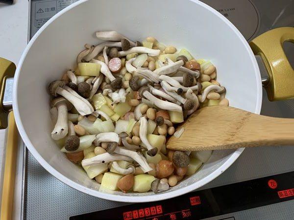 炒めたじゃがいも・玉ねぎ・ウインナー・大豆に加えたしめじ