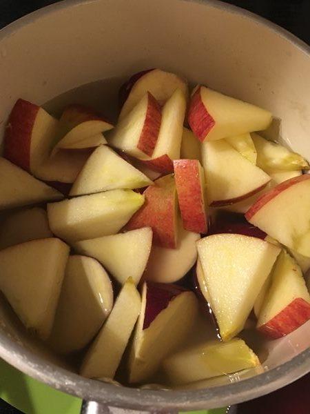 鍋に入れたさつまいも・りんご・水・和風だしの素