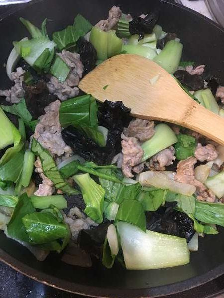 炒めた玉ねぎときくらげに加えた豚肉とチンゲン菜