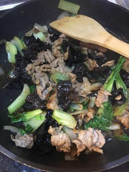炒めた豚肉やきぐらげなどに加えた調味料