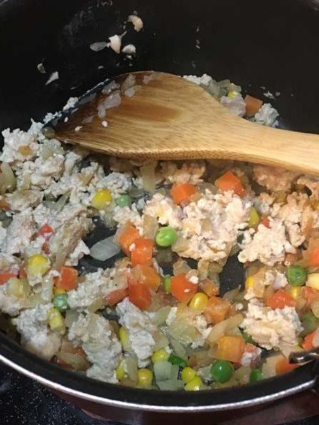炒めた玉ねぎとミックスベジタブルに加えた鶏ひき肉