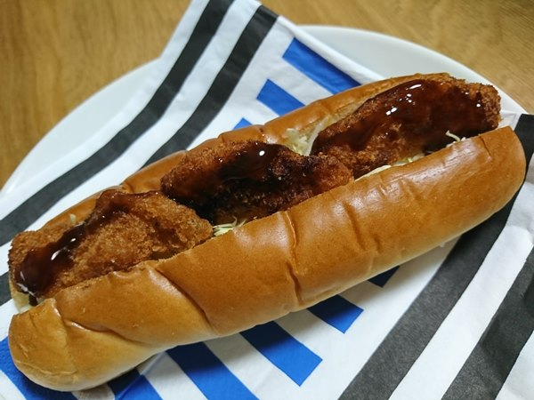 ホットドッグ用パンに挟んだ業務スーパーのチキンカツ
