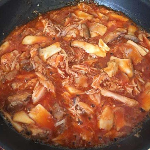 炒め合わせたエリンギと業務スーパーのチキンのトマト煮