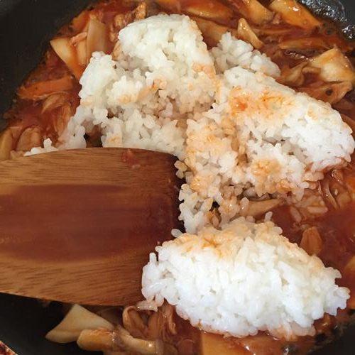 炒め合わせたエリンギと業務スーパーのチキンのトマト煮に加えたご飯