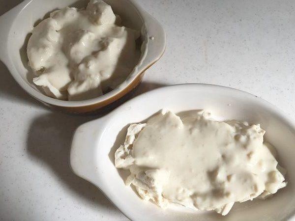 耐熱皿に入れたホワイトソースをかけた豆腐