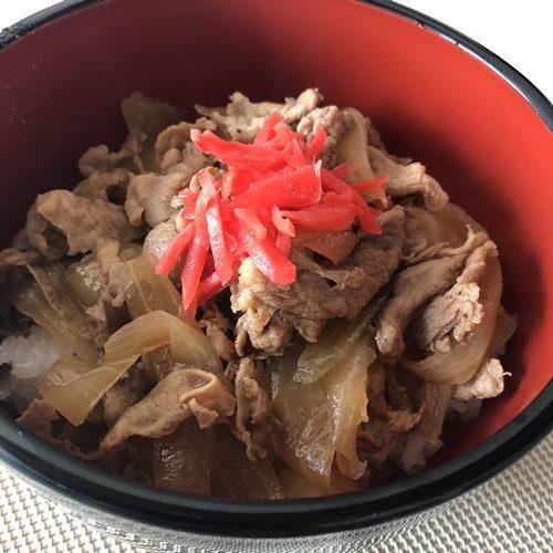 紅生姜を添えた業務スーパー牛丼の具で作った丼