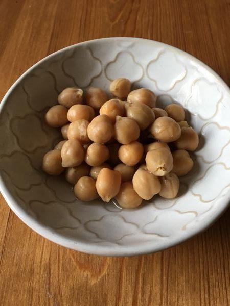 小皿に入れた業務スーパーのひよこ豆