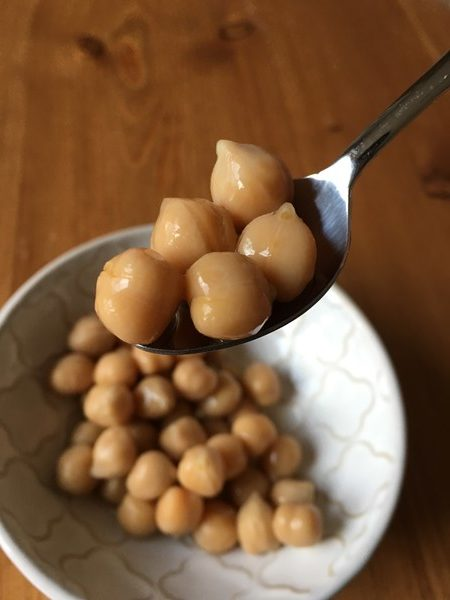 スプーンですくった業務スーパーのひよこ豆
