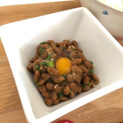 ネギ・ごま・うずらの卵を加えた業務スーパーの納豆
