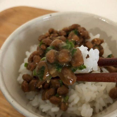 ご飯にかけた業務スーパーの納豆