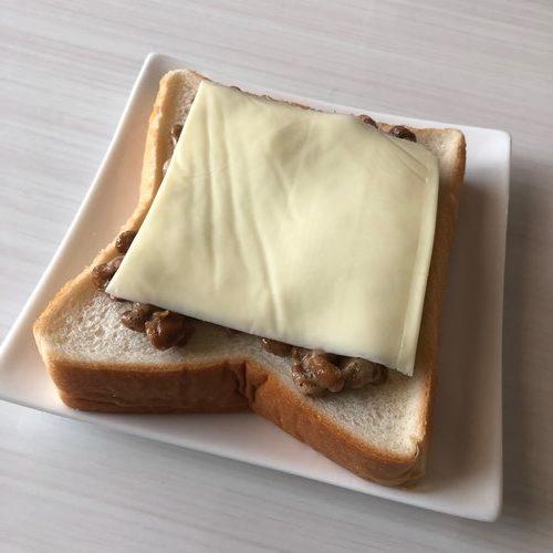 スライスチーズと業務スーパーの納豆をのせた食パン