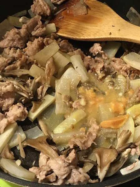 炒めた豚肉・まいたけ・大根に加えた調味料