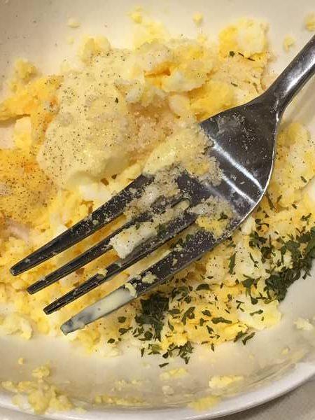 卵カナッペの材料を混ぜる様子