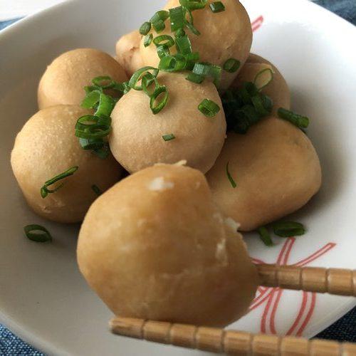 箸でつまんだ業務スーパーの里芋で作った煮物