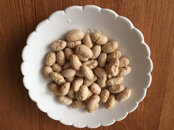 小皿に入れた業務スーパーの大豆