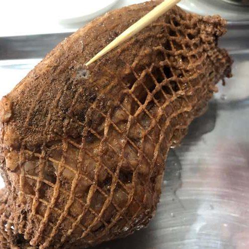 出来た紅茶煮豚に竹串を刺す様子