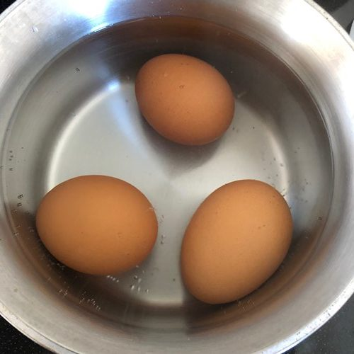 沸騰したお湯に入れた卵3個