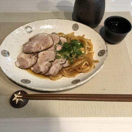 お皿に盛りつけた業務スーパーのチャーシュー用豚肉で作った紅茶煮豚
