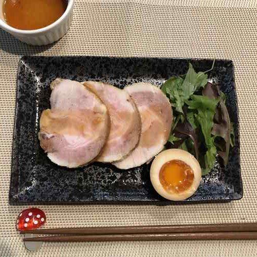 お皿に盛りつけた業務スーパーのチャーシュー用豚肉を使った煮豚