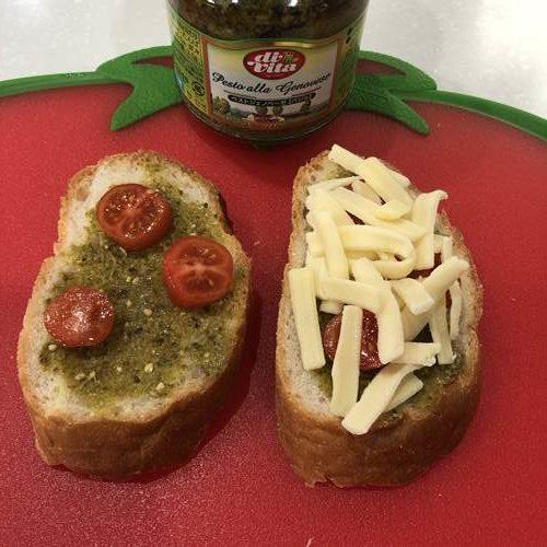 業務スーパーのジェノベーゼソースを塗りトマトとチーズをのせたフランスパン