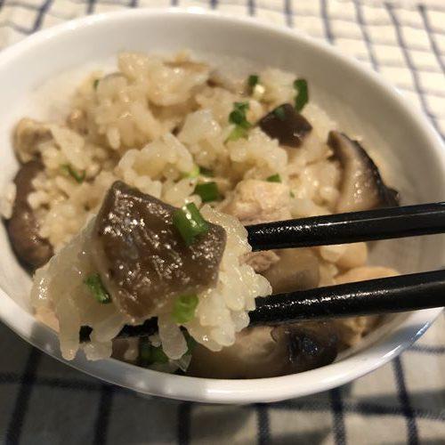 箸ですくった業務スーパーのきのこミックス入り炊き込みご飯