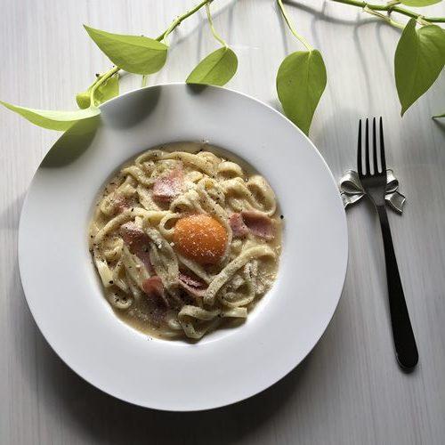お皿に盛った業務スーパーの釜揚げパスタで作ったカルボナーラ