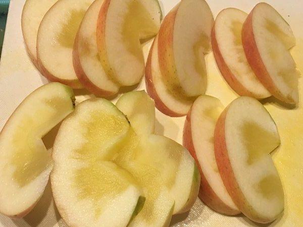 くし切りにしたりんご