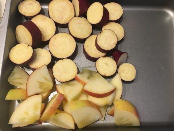 カットしたさつまいもとりんご