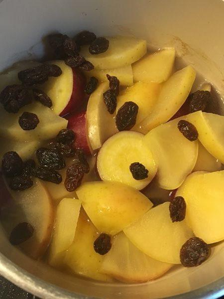 煮込んだサツマイモとりんごに加えたレーズン