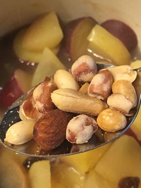 サツマイモとりんごの煮物に加える業務スーパーのミックスナッツ