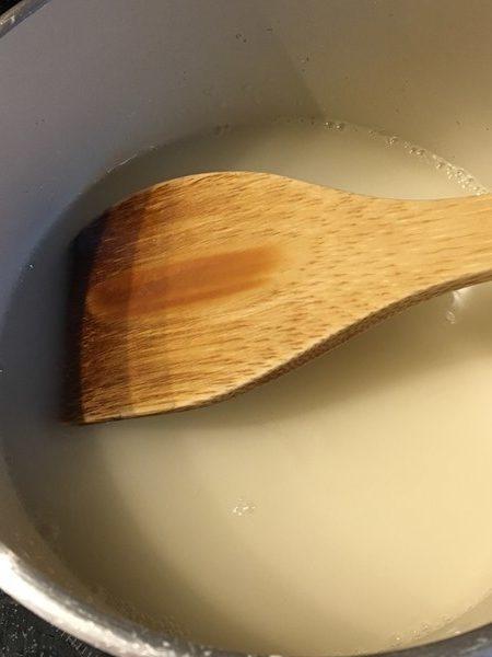 ラムネ・片栗粉・砂糖を木べらで混ぜる様子