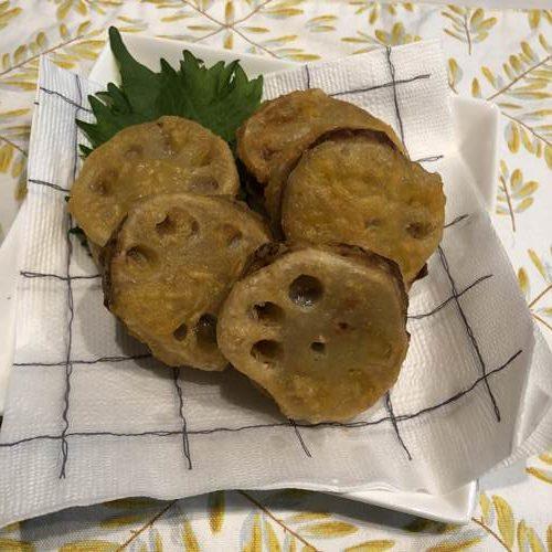 お皿に盛りつけた揚げたてのれんこんの挟み揚げ天ぷら