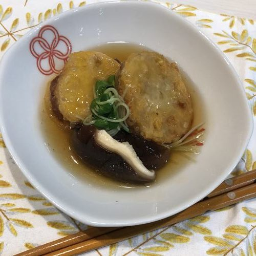 器に盛ったれんこんの挟み揚げ天ぷら餡かけ