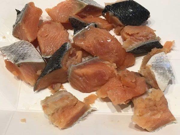食べやすく切った塩抜き後の鮭