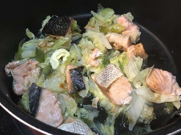 調味料を加えた蒸した鮭・白菜・ねぎ