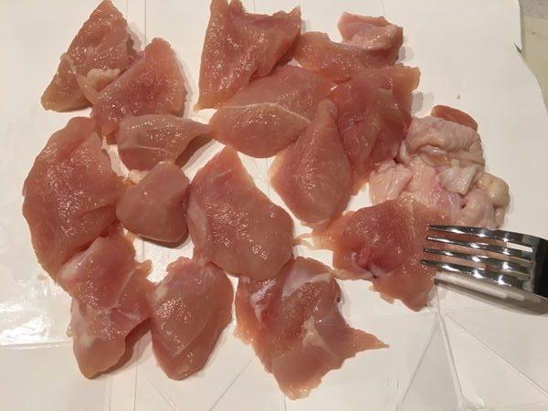 フォークで穴をあけた食べやすくカットした鶏胸肉