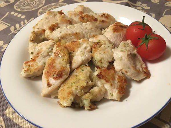 お皿に盛りつけた業務スーパーの料理酒を使った鶏胸肉の磯辺焼き