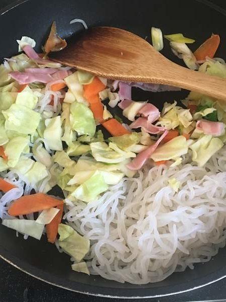 乾煎りしたしらたきに加えた野菜とベーコン