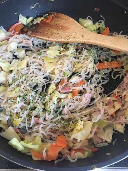 炒めた野菜とベーコンに加えた調味料・青海苔