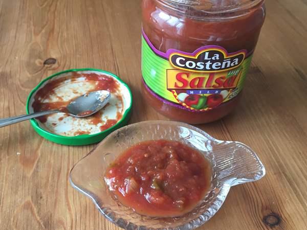 小皿に入れた業務スーパーのトマトサルサ