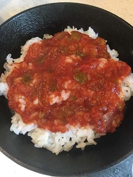 ご飯に塗った業務スーパーのトマトサルサ