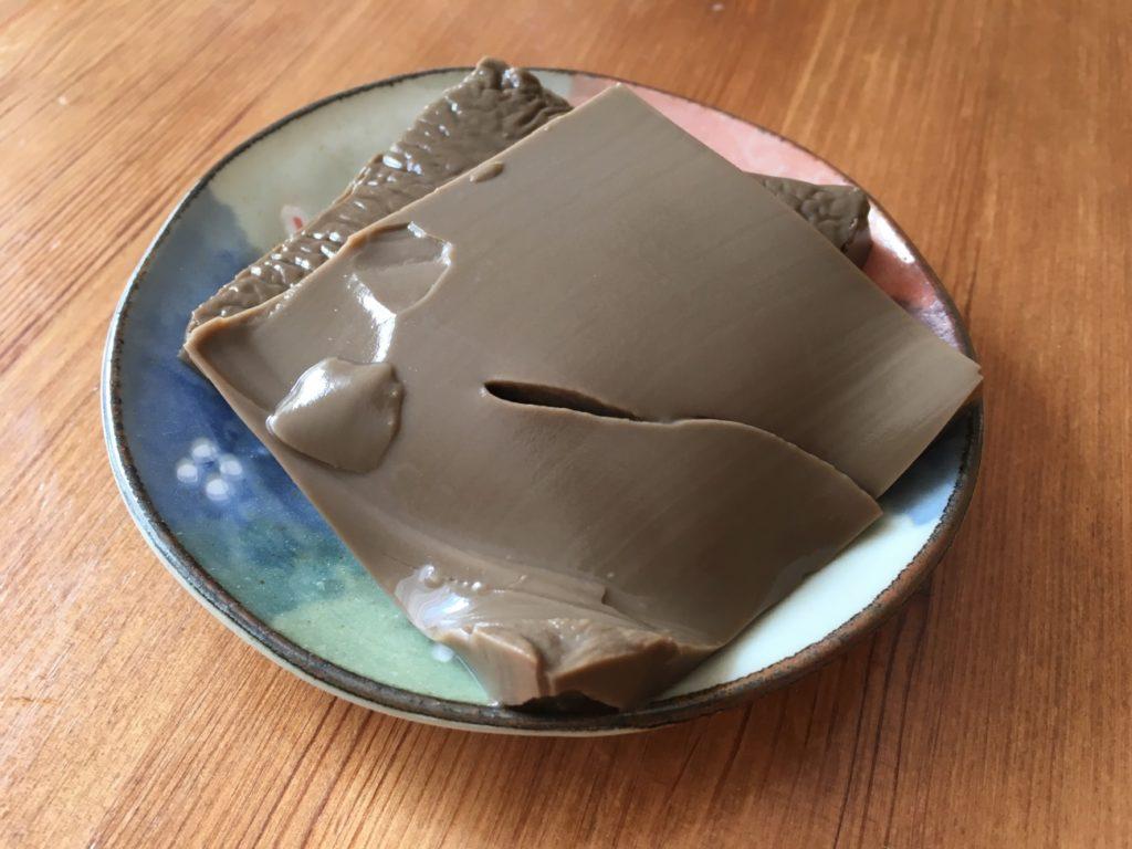 お皿に取り分けたほうじ茶ラテプリン