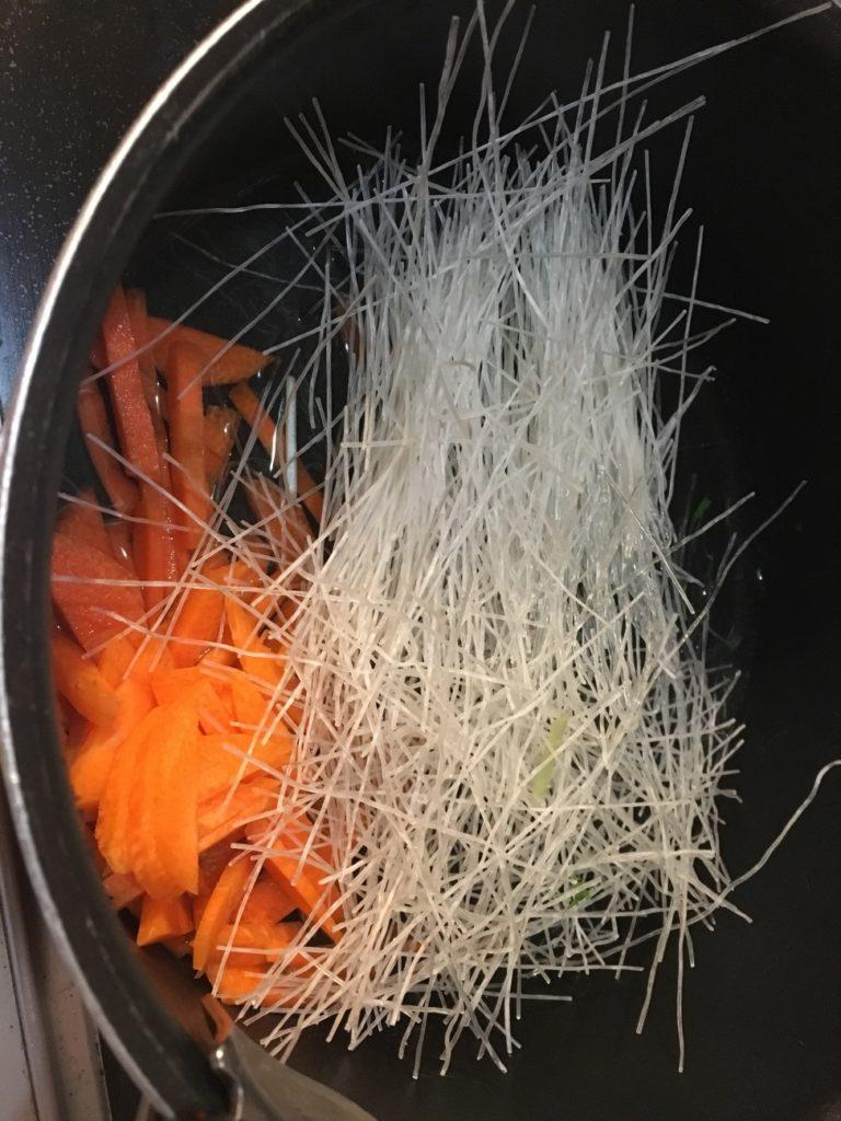 鍋で人参と春雨を煮る