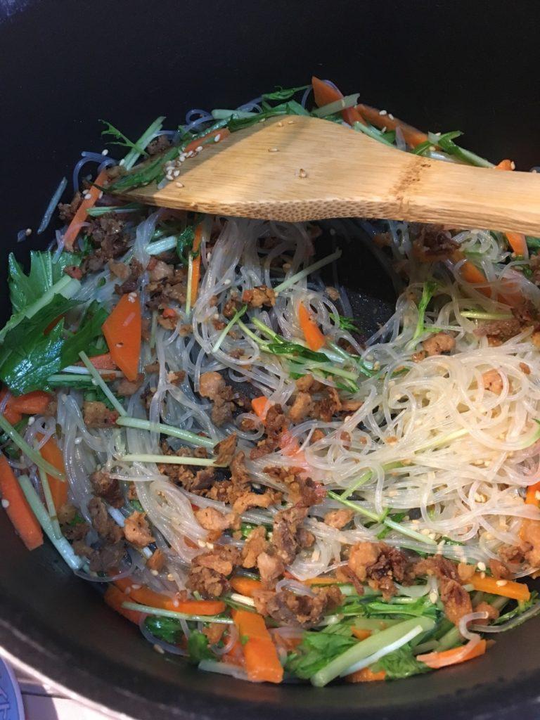 水菜・人参・春雨とチャーハンの素を混ぜて炒める