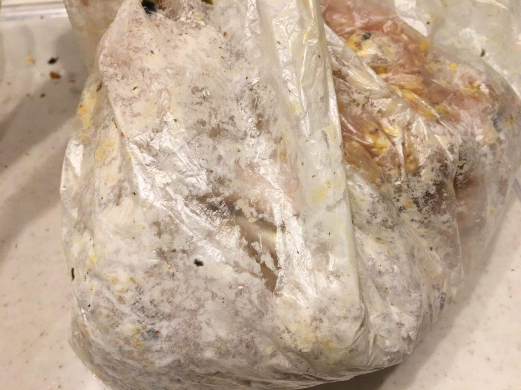 ふりかけをまぶした鶏肉をビニール袋に入れて片栗粉をまぶす