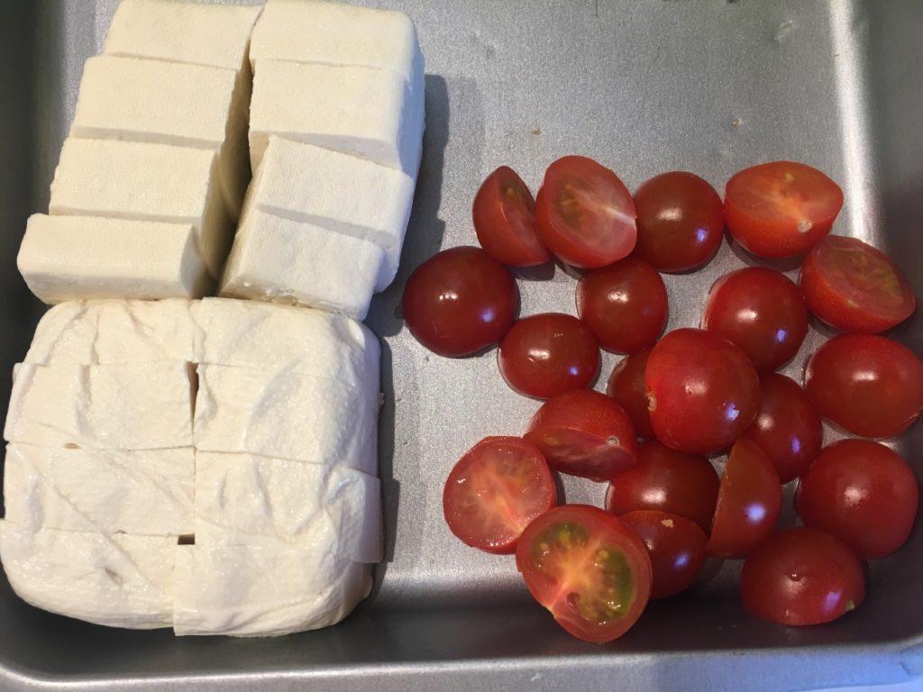 水切りして切った木綿豆腐と半分にカットしたミニトマト