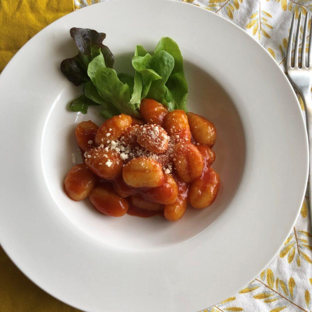 ポテトニョッキのトマトソース和えに粉チーズをかけて