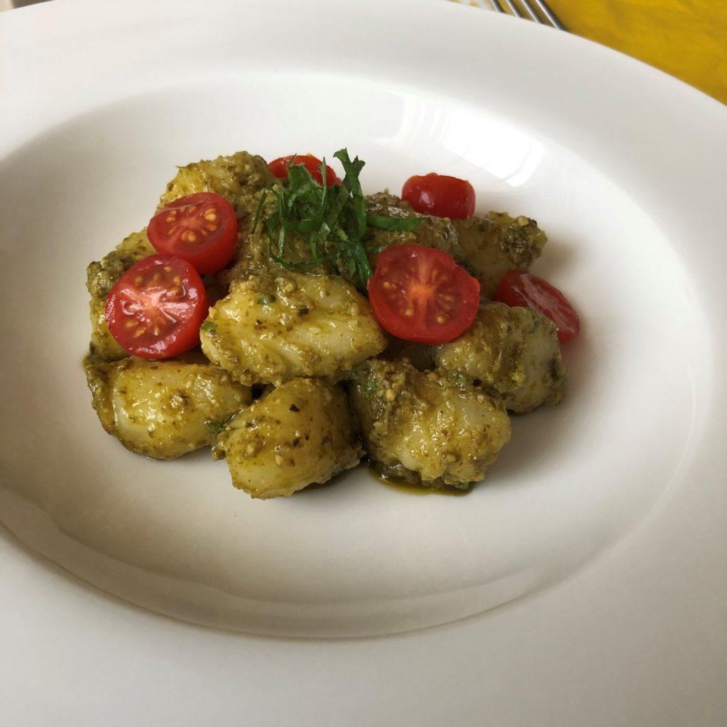 バジルソースで和えたポテトニョッキに大葉とトマトを添える