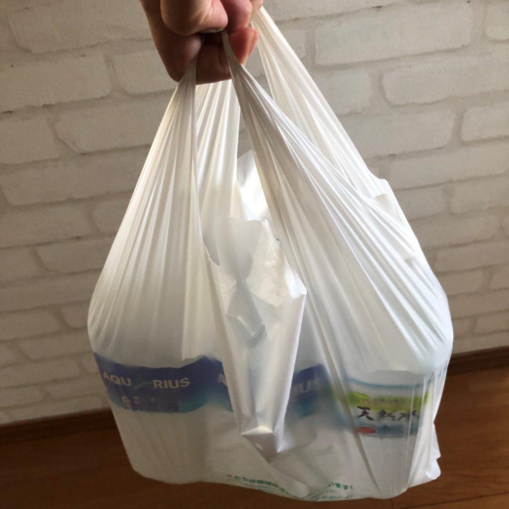 業務スーパーのショッピングバッグNo45に2リットルのペットボトルを入れて持った状態