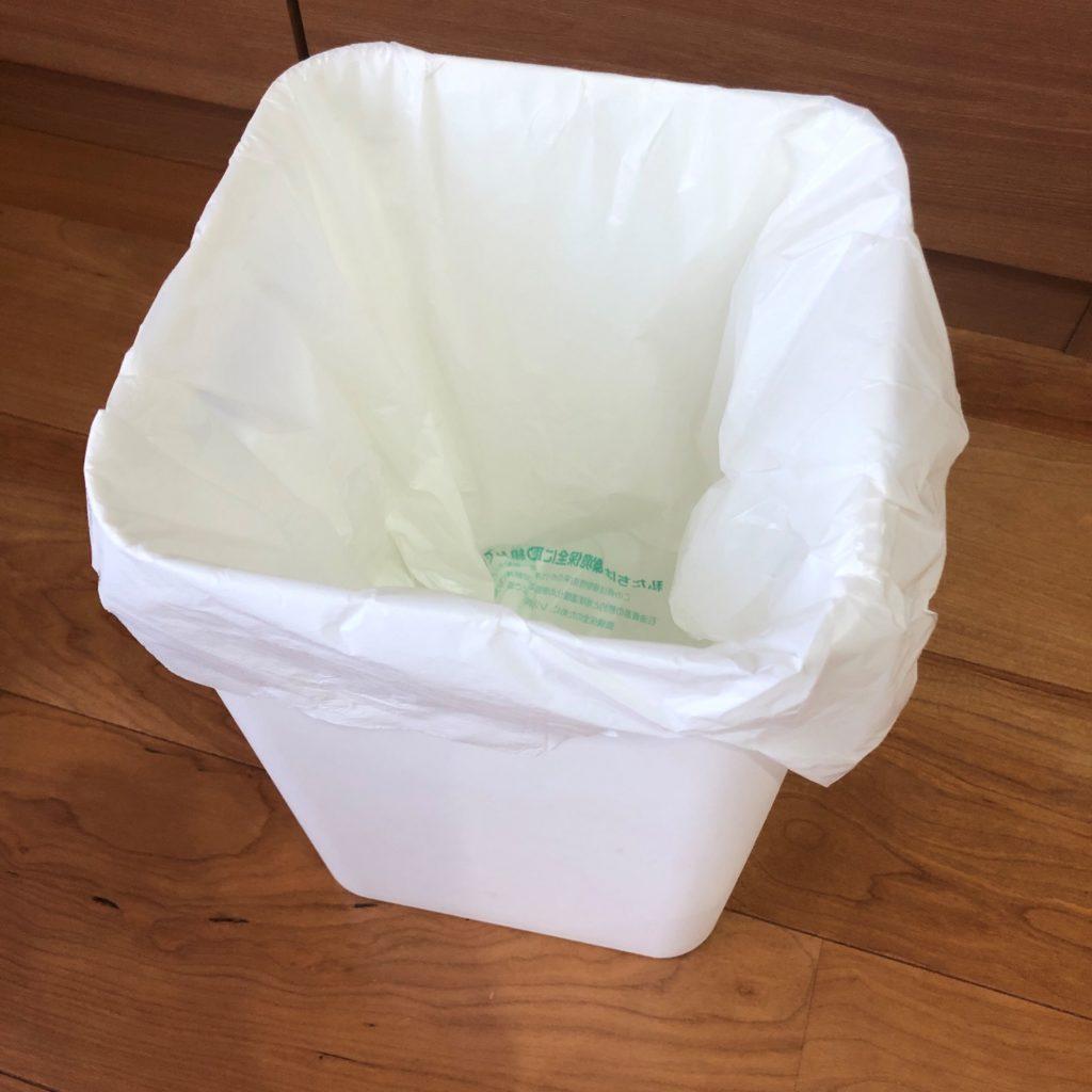 業務スーパーのショッピングバッグNo45をゴミ箱にかぶせた状態